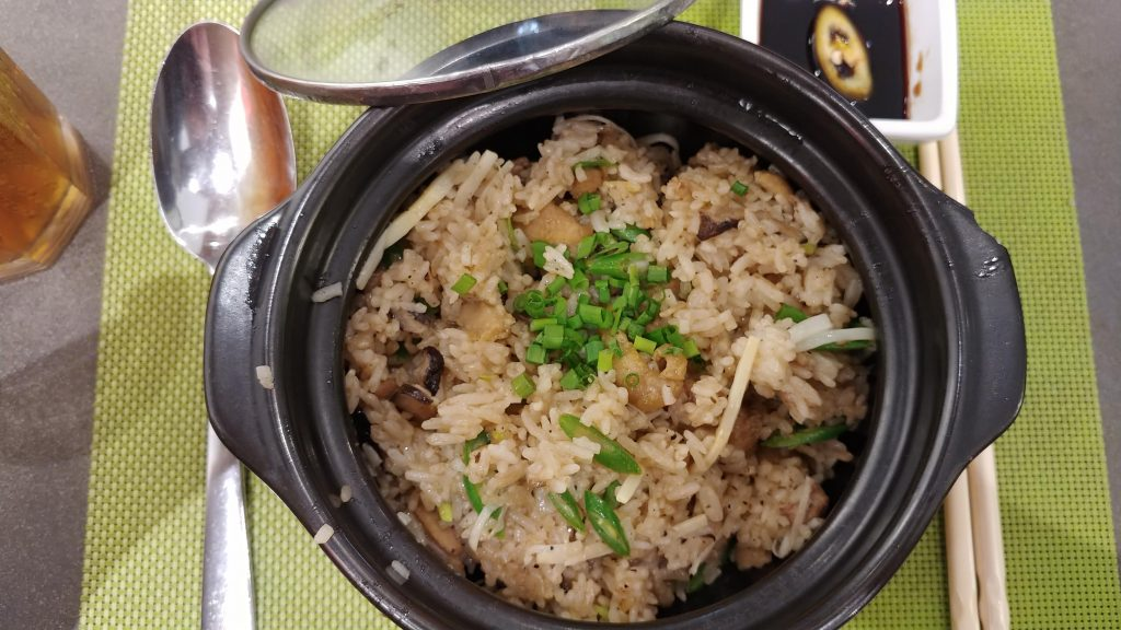 Mushroom Rice Hot Pot di Chicken spring roll di restaurant Wrap&Roll.